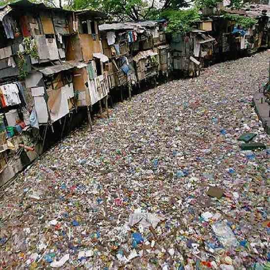 Эта река похожа на мусорник но она